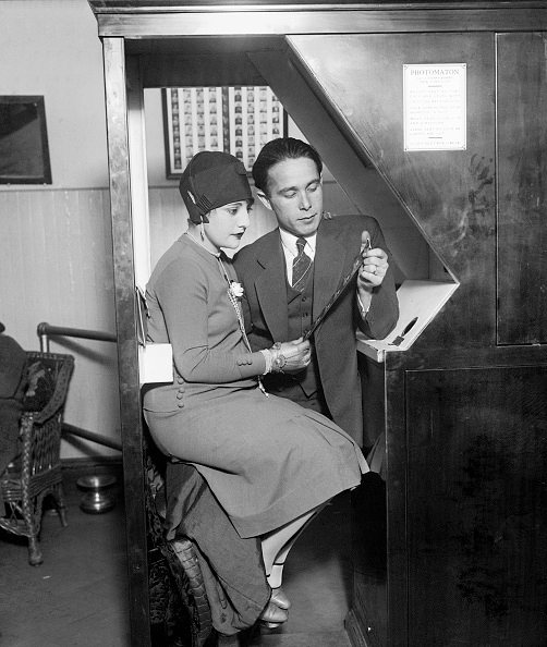Anatol_Josepho_and_his_wife_sitting_Photomaton_Bettmann