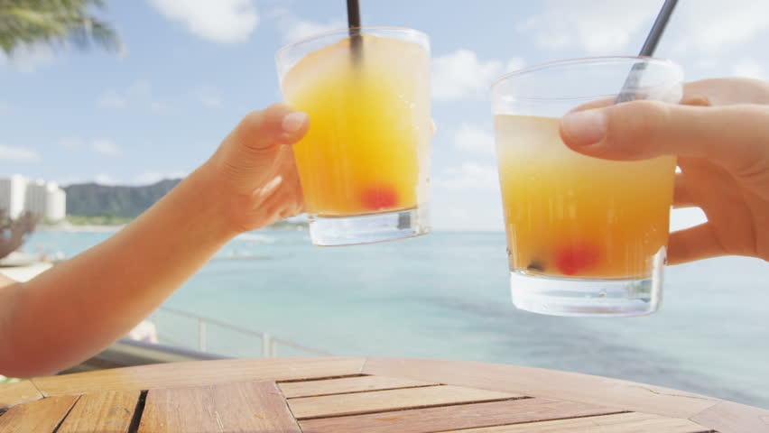 cheering_drinks_brindar_brindando_fundo_praia